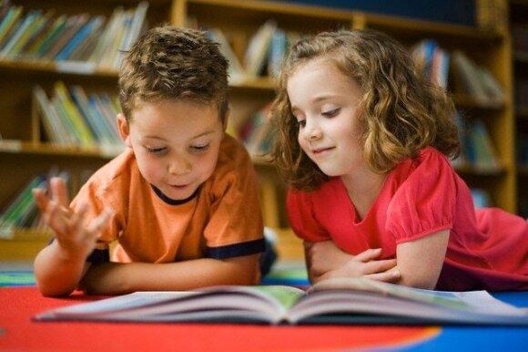 Namų darbai: sėdėti prie besimokančio vaiko ar leisti daryti pačiam?