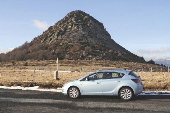 Komfortiškas automobilis su dyzeliniu varikliu – ideali mašina ilgoms išvykoms. Nuotrauka daryta Prancūzijos kalnuose