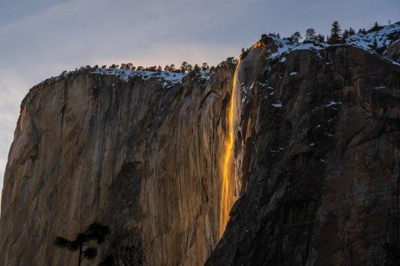 """Kalifornijoje laukiama gamtos stebuklui prilygstančio reiškinio – trumpam atsirandančio """"ugnies krioklio"""""""