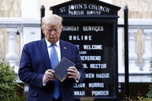 Donaldas Trumpas prie St. Johno episkopalinės bažnyčios