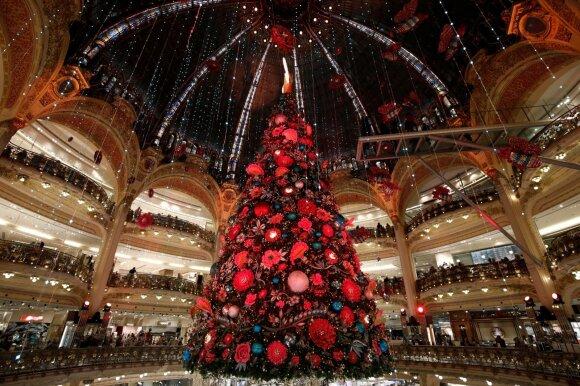 """Kalėdų eglė Paryžiaus """"Galeries Lafayette"""" prekybos centre"""