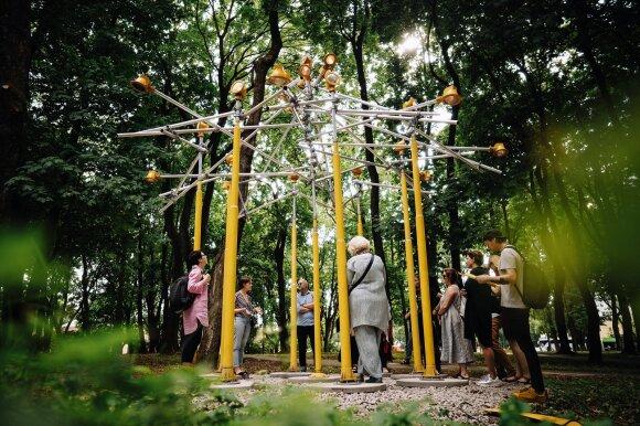 Robertas Narkus. Instaliacija iš lempų ramybės parke