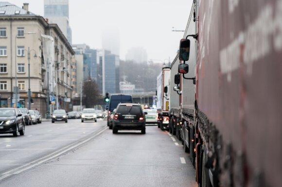 Lietuvos vežėjai negali susimokėti už važiavimą Rusijos keliais: bankai dėl tarptautinių sankcijų stabdo pavedimus