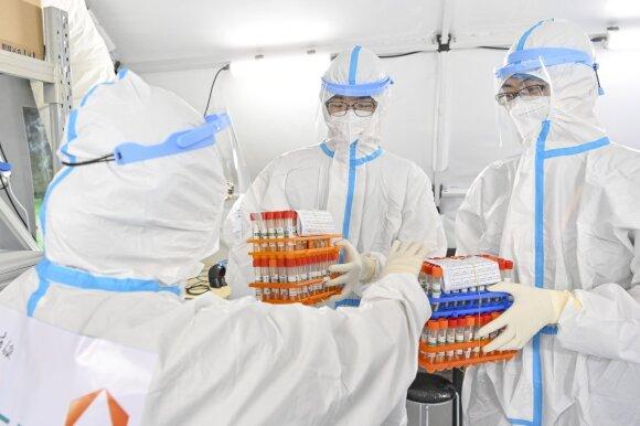 COVID-19 kilmės medžioklė siutina Kiniją: versija, kad virusas galėjo nutekėti iš laboratorijos, niekur nedingo