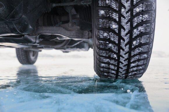 Specialistą stebina vairuotojai: žmonės visiškai nepasiruošę žiemai