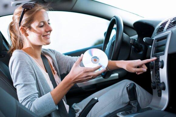 Kokią klaidą darote, jei važiuodami automobilyje pasigarsinate muziką