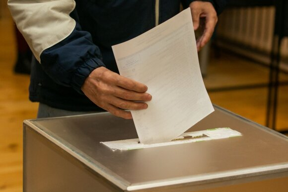 Vienmandačių nugalėtojai aiškūs vos trijose apygardose: laukia 26 susidūrimai tarp konservatorių ir valstiečių