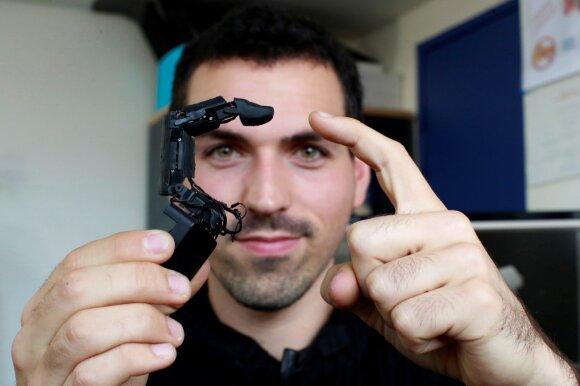 Marcas Teyssier sukūrė telefoną su robotizuotu pirštu