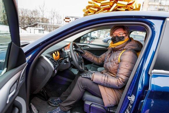 """""""Lidl"""" žaidimo laimėtojai įteiktas įspūdingas prizas – BMW X4 automobilis"""