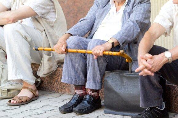 Ekonomistai aiškinasi, kodėl Lietuvoje tokios menkos pensijos ir mažos algos