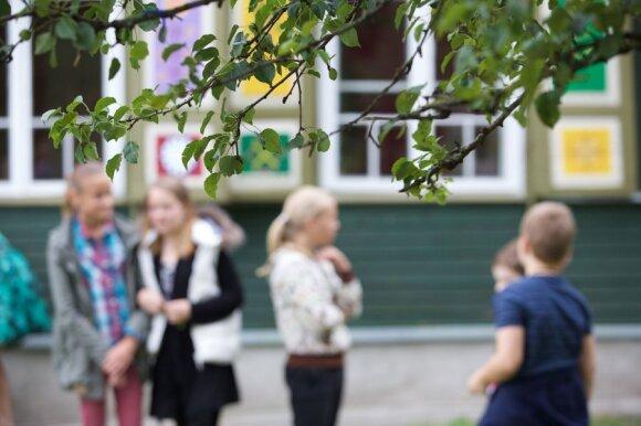 Sužinoję apie sužalotą dukrą tėvai nutarė netylėti: už uždarų mokyklos durų slepiamos baisios problemos