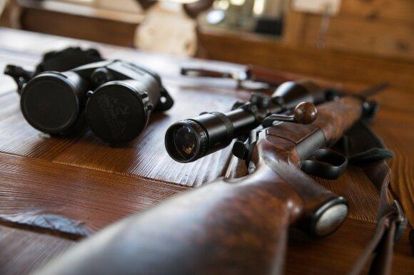 Į Seimą grįžta siūlymas įteisinti naktinius matymo taikiklius ir duslintuvus medžioklei: susirūpino šalies ekonomika