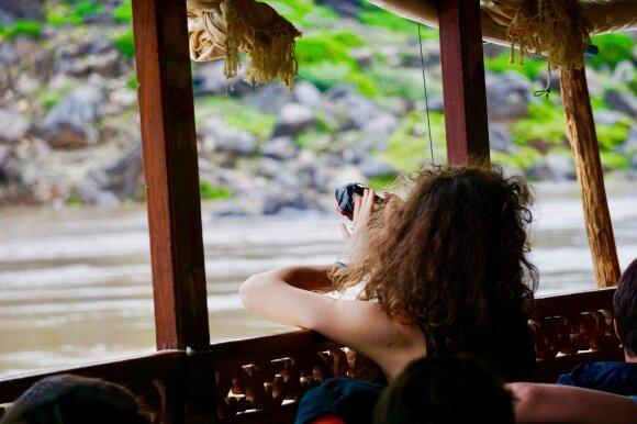 Sveiki atvykę į Laosą: turistų stumiami autobusai ir lėčiausi pasaulyje laivai