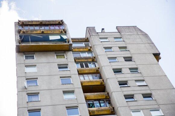 Balkonas nuo namo nukrito neatsitiktinai: visi buvo prieš dvi dienas įspėti nebesinaudoti balkonais