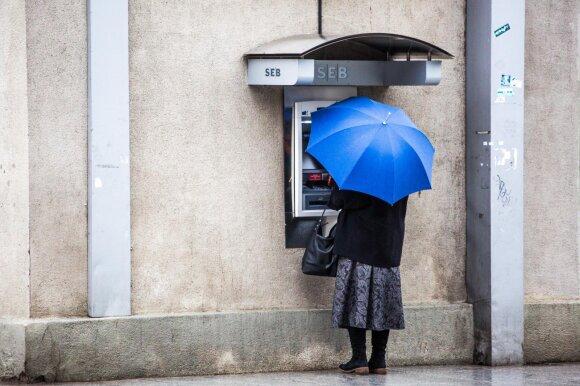 Pokyčiai bankuose ir piktina, ir džiugina: kodėl mažėja padalinių ir atsisakoma kodų kortelių