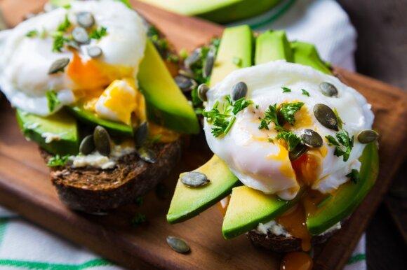 Taip valgyti nerekomenduojama: įpročiai, kurie kenkia sveikatai ir tukina