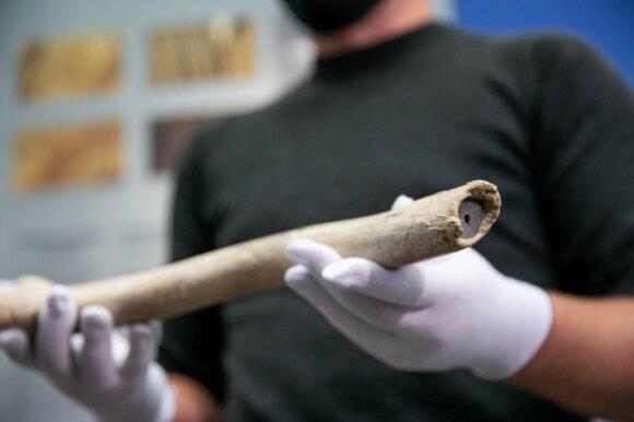 Virtinė atsitiktinumų leido aptikti seniausią archeologinį radinį Lietuvoje: įrankiui – net 13 tūkst. metų