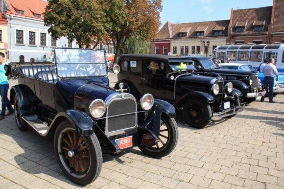 Istoriniai automobiliai Kauno Rotušės aikštėje