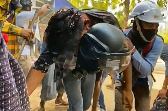Mianmare tęsiasi susirėmimai tarp protestuotojų ir karinės chuntos