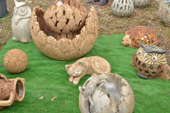 Šamotinė keramika nepigi, bet ilgaamžė, atspari lauko sąlygoms ir dekoratyvi.