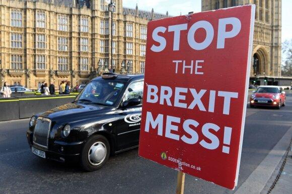 """Įvykių kontrolę po """"Brexit"""" praradusi JK artėja prie visiško chaoso scenarijaus"""