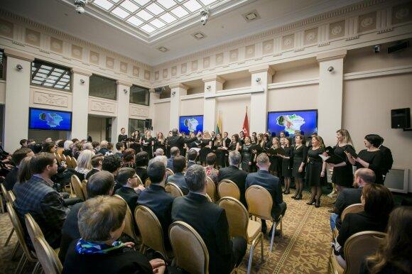 D. Grybauskaitė: herojai yra tie žmonės, kurių nematome scenose