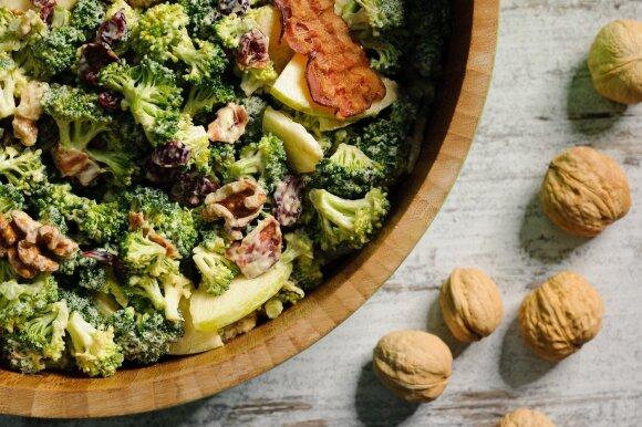 Vaišės Joninėms: grilyje kepta jautiena, brokolių salotos ir pyragas su kalakutiena