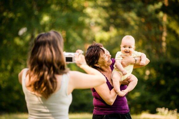Dėl ko jauni tėvai šiandien susilaukia daugiausia priekaištų iš vyresnių žmonių