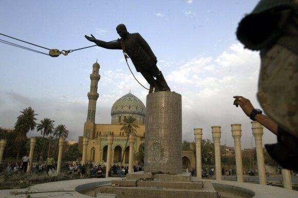 Nuverčiama Saddamo Hussino statulo po 2003-iųjų invazijos