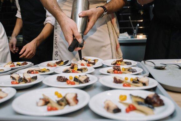 """""""Michelin"""" šefai Lietuvoje: virti aštuonkojai su baklažanų ikrais, avinžirnių, sezamo ir citrinos espuma, bolivinės balandos ir žemės riešutų traškučiu"""