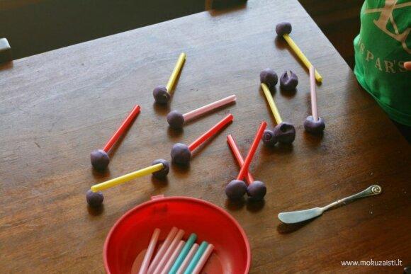 Smagūs žaidimai su plastilinu ir šiaudeliais