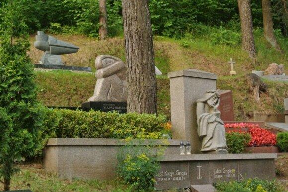 Надгробия на Антакальнисском кладбище. Фото Романа и Дарьи Нуриевых