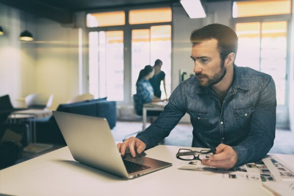 Specialistus darbdaviai vilioja ne tik algomis: įvardijo geriausias priemones