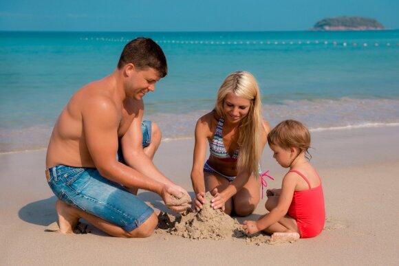 Jauna šeima paplūdimyje