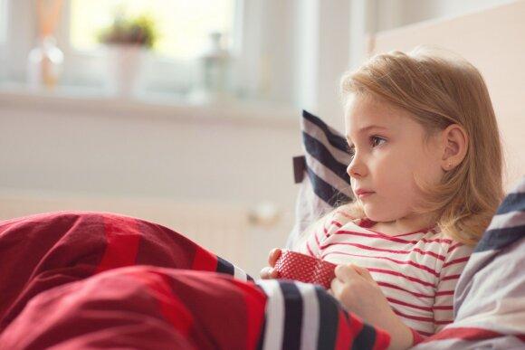 Vaikas kosėja – tėvai panikuoja: gydytoja pasakė, koks kosulys kokią ligą išduoda ir kodėl negydyti pienu su medumi