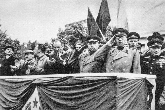 Paradas Vilniuje. Tribūnoje (iš kairės) - VKP(b) CK Biuro Lietuvai pirmininkas M. Suslovas, LKP(b) CK pirmasis sekretorius A. Sniečkus, LTSR LKT pirmininkas M. Gedvilas, LTSR AT Prezidiumo pirmininkas J. Paleckis, pirmas iš dešinės – J. Bartašiūnas. 1945 m. rugpjūtis