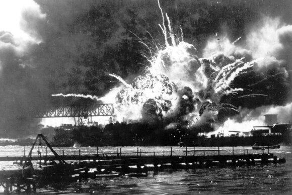 1941 m. gruodžio 7 d. japonų aviacijos organizuota Perl Harboro ataka privertė Jungtines Amerikos Valstijas stoti į karą.