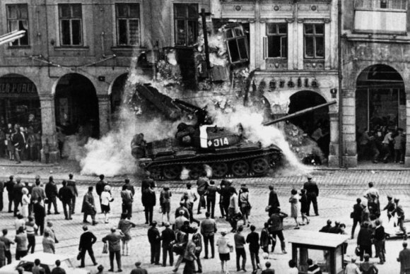 """""""Prahos pavasaris"""". Čekoslovakijos KP sekretorius A. Dubečekas paskelbė reformas. Sovietų Sąjunga ir kitos Varšuvos sutarties šalys (išskyrus Rumuniją) įvedė kariuomenę į Čekoslovakiją ir nuslopino liaudies pasipriešinimą. 1968 m., leidyklos """"Briedis"""" nuo"""