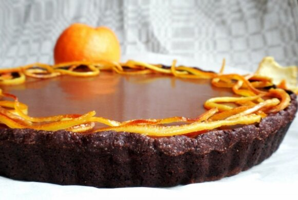 Trigubai šokoladinis pyragas su karamelizuota apelsino žievele