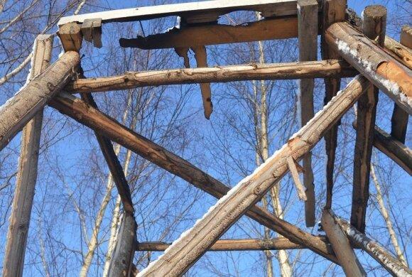 Brakonieriai sudegino legalių medžiotojų bokštelius