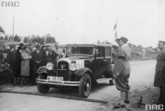 Citroen, vairuojamas M.Bačevska, papildomos rungties Lentvario kelyje metu.