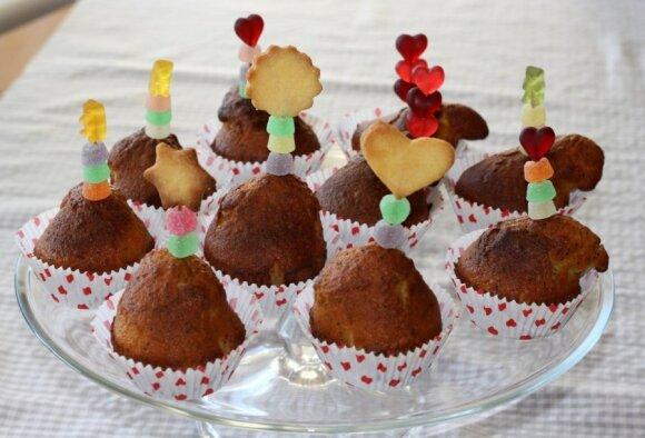 """<span style=""""color: #ff0000;"""">Mokslo metų pradžiai:</span> skanūs ir šventiškai dekoruoti keksiukai"""