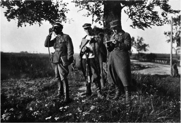 """Lietuvos karininkai žvalgo pozicijas pafrontėje. Vidurinysis laiko amerikietišką 1895 m. modelio """"Winchester"""" šautuva. 1919, VDKM."""