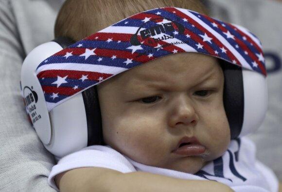 Legendinį plaukiką M. Phelpsą olimpiadoje lydi mylimoji su 3 mėnesių sūnumi