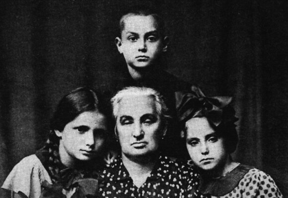 Yitskhok Rudashevski with his grandmother and two cousins