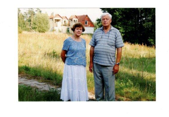 L. Ašmantas su žmona prie Drūkšių ežero apleista ekologinių tyrimų bazė, 2007 m.