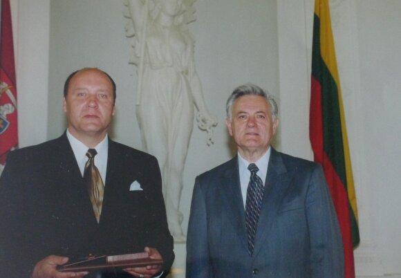 1998 metais Prezidentas Valdas Adamkus (d) operos solistui Eugenijui Vasilevskiui įteikė LDK Gedimino ordino Karininko kryžių.