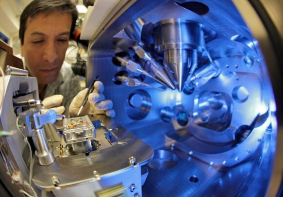 Leipcigo universitete ruošiamas mėginys tyrimui skenuojančiu elektroniniu mikroskopu