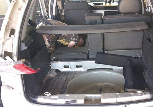 Slėptuvėse rūkalus gabenusiai merginai gresia tūkstantinė bauda ir automobilio konfiskavimas