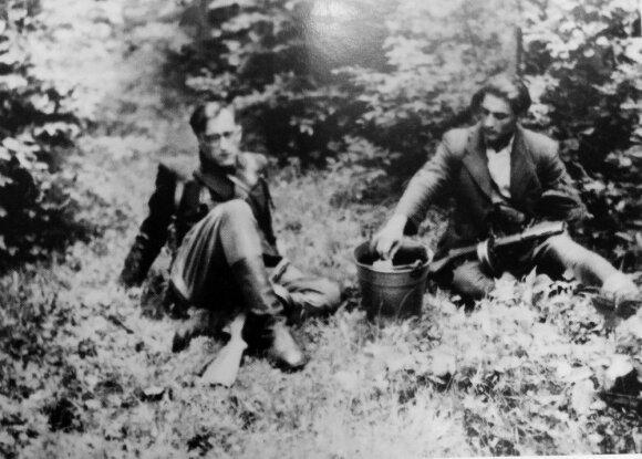 Jurgis Krikščiūnas ir Juozas Lukša pakeliui į Lenkiją. Vytauto rinktinės teritorija, 1947 m. gegužė
